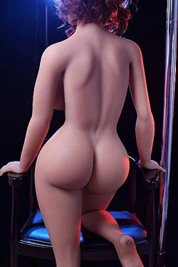 Kurvig sexdocka med rött hår