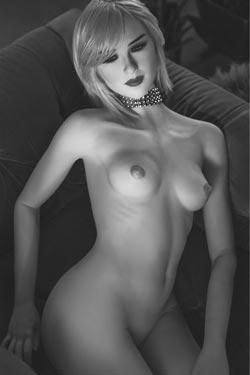 Smal sexdocka med små bröst
